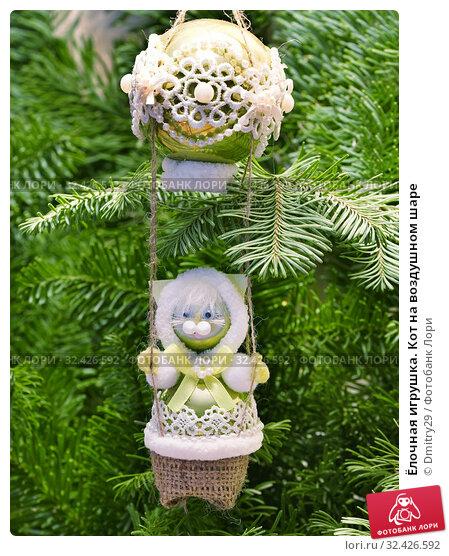 Купить «Ёлочная игрушка. Кот на воздушном шаре», эксклюзивное фото № 32426592, снято 1 января 2019 г. (c) Dmitry29 / Фотобанк Лори