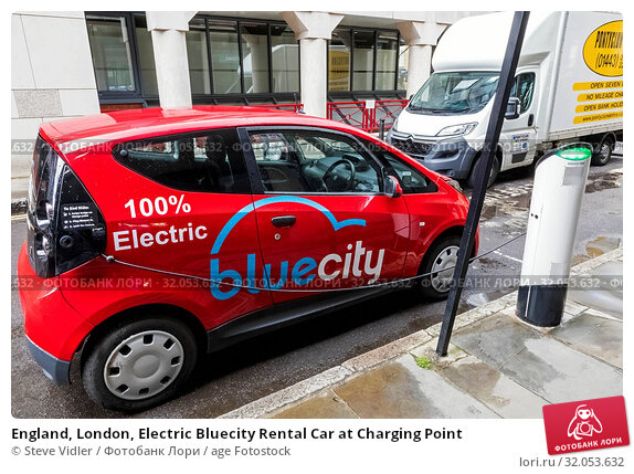 England, London, Electric Bluecity Rental Car at Charging Point. Стоковое фото, фотограф Steve Vidler / age Fotostock / Фотобанк Лори