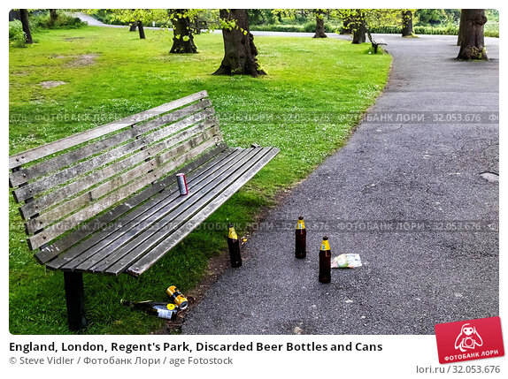 England, London, Regent's Park, Discarded Beer Bottles and Cans. Стоковое фото, фотограф Steve Vidler / age Fotostock / Фотобанк Лори