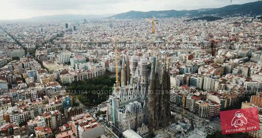 Купить «erial view of Sagrada Familia – impressive cathedral designed by Gaudi, Barcelona», видеоролик № 30273164, снято 19 ноября 2018 г. (c) Яков Филимонов / Фотобанк Лори