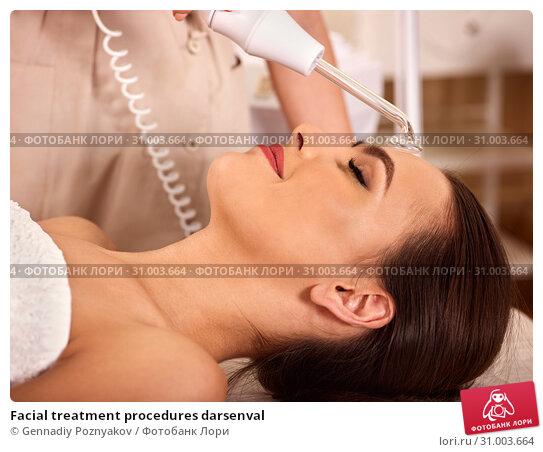 Купить «Facial treatment procedures darsenval», фото № 31003664, снято 12 октября 2015 г. (c) Gennadiy Poznyakov / Фотобанк Лори
