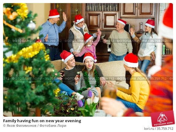 Family having fun on new year evening. Стоковое фото, фотограф Яков Филимонов / Фотобанк Лори