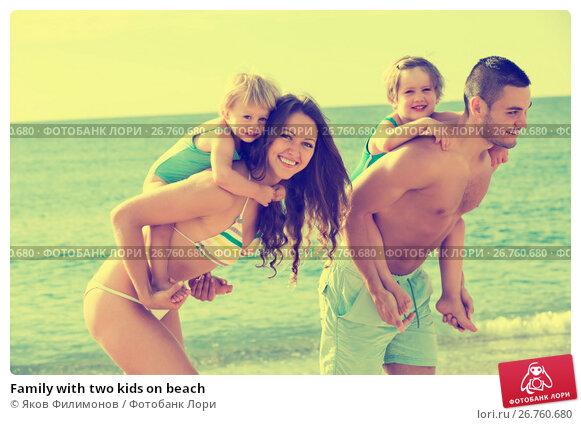 Family with two kids on beach, фото № 26760680, снято 25 июня 2014 г. (c) Яков Филимонов / Фотобанк Лори