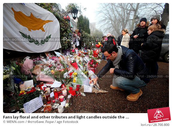 Купить «Fans lay floral and other tributes and light candles outside the home of singer George Michael in memory of the popular performer. His Range Rover has...», фото № 28700800, снято 28 декабря 2016 г. (c) age Fotostock / Фотобанк Лори
