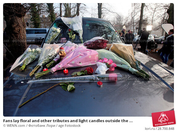Купить «Fans lay floral and other tributes and light candles outside the home of singer George Michael in memory of the popular performer. His Range Rover has...», фото № 28700848, снято 28 декабря 2016 г. (c) age Fotostock / Фотобанк Лори