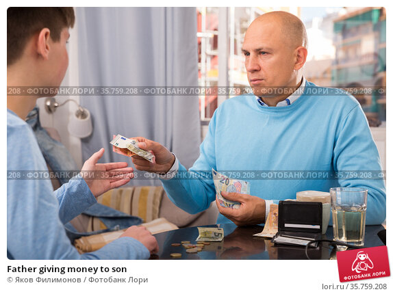 Father giving money to son. Стоковое фото, фотограф Яков Филимонов / Фотобанк Лори