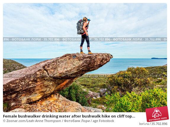 Female bushwalker drinking water after bushwalk hike on cliff top... Стоковое фото, фотограф Zoonar.com/Leah-Anne Thompson / age Fotostock / Фотобанк Лори