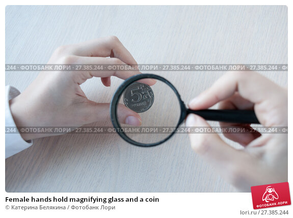 Купить «Female hands hold magnifying glass and a coin», фото № 27385244, снято 6 января 2018 г. (c) Катерина Белякина / Фотобанк Лори