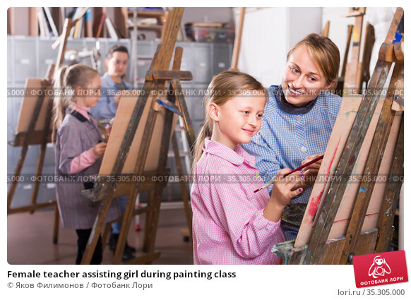 Female teacher assisting girl during painting class. Стоковое фото, фотограф Яков Филимонов / Фотобанк Лори