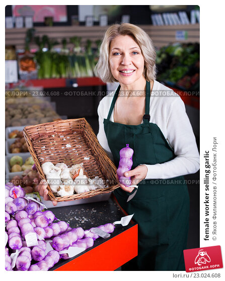 Купить «female worker selling garlic», фото № 23024608, снято 23 февраля 2019 г. (c) Яков Филимонов / Фотобанк Лори