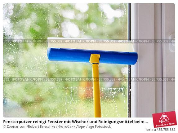 Fensterputzer reinigt Fenster mit Wischer und Reinigungsmittel beim... Стоковое фото, фотограф Zoonar.com/Robert Kneschke / age Fotostock / Фотобанк Лори