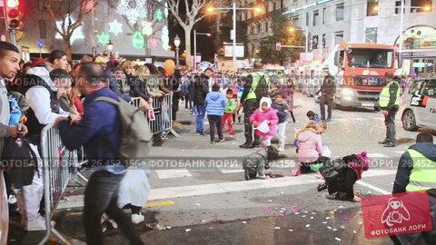 Купить «Festive pageantry in honor of arrival of Three Kings. Barcelona, Catalonia», видеоролик № 26452156, снято 5 января 2017 г. (c) Яков Филимонов / Фотобанк Лори