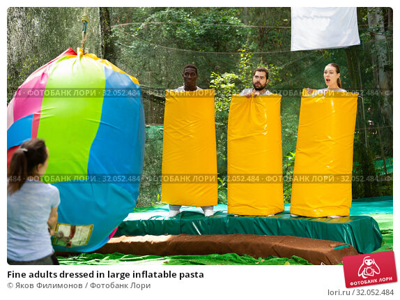 Fine adults dressed in large inflatable pasta. Стоковое фото, фотограф Яков Филимонов / Фотобанк Лори