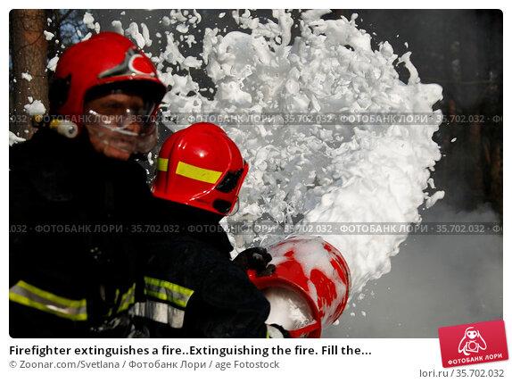 Firefighter extinguishes a fire..Extinguishing the fire. Fill the... Стоковое фото, фотограф Zoonar.com/Svetlana / age Fotostock / Фотобанк Лори
