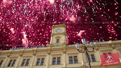 Купить «Fireworks over the historic building of the Leningradsky railway station-- is one of the nine main railway stations of Moscow, Russia», видеоролик № 32519616, снято 27 ноября 2019 г. (c) Владимир Журавлев / Фотобанк Лори