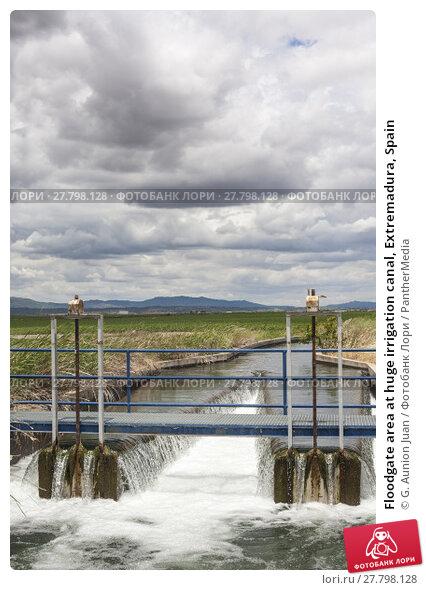 Купить «Floodgate area at huge irrigation canal, Extremadura, Spain», фото № 27798128, снято 19 апреля 2019 г. (c) PantherMedia / Фотобанк Лори