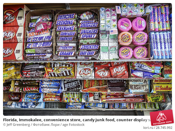 Купить «Florida, Immokalee, convenience store, candy junk food, counter display sale, chocolate bars, Snickers, M&M, Kit-Kat, mints, mentos, Hershey's,», фото № 28745992, снято 26 сентября 2017 г. (c) age Fotostock / Фотобанк Лори