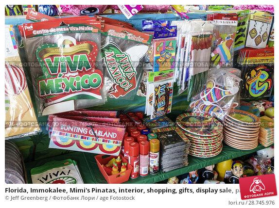Купить «Florida, Immokalee, Mimi's Pinatas, interior, shopping, gifts, display sale, party supplies store, bunting garland, paper decor,», фото № 28745976, снято 26 сентября 2017 г. (c) age Fotostock / Фотобанк Лори