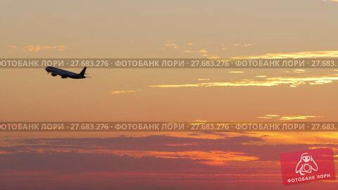 Купить «Flying airplane in the evening sky», видеоролик № 27683276, снято 12 декабря 2017 г. (c) Данил Руденко / Фотобанк Лори