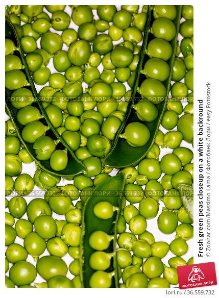 Fresh green peas closeup on a white backround. Стоковое фото, фотограф Zoonar.com/Massimo Lama / easy Fotostock / Фотобанк Лори