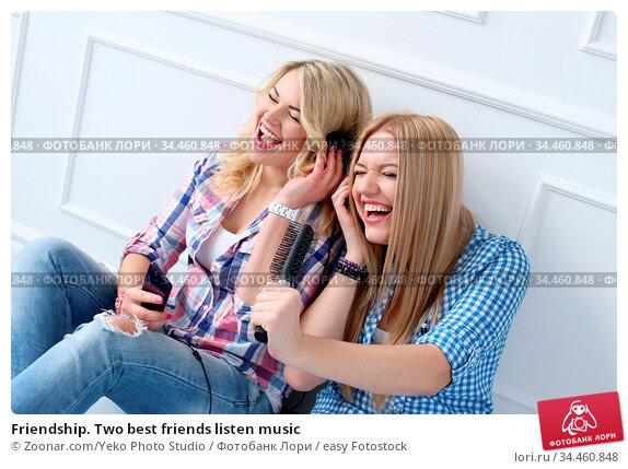 Friendship. Two best friends listen music. Стоковое фото, фотограф Zoonar.com/Yeko Photo Studio / easy Fotostock / Фотобанк Лори