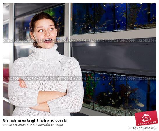 Girl admires bright fish and corals. Стоковое фото, фотограф Яков Филимонов / Фотобанк Лори
