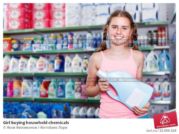 Girl buying household chemicals. Стоковое фото, фотограф Яков Филимонов / Фотобанк Лори