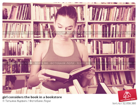 girl considers the book in a bookstore. Стоковое фото, фотограф Татьяна Яцевич / Фотобанк Лори