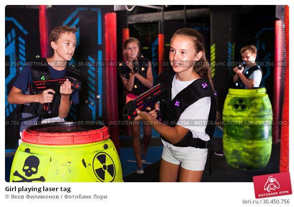 Girl playing laser tag. Стоковое фото, фотограф Яков Филимонов / Фотобанк Лори