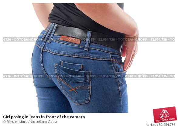 Girl posing in jeans in front of the camera. Стоковое фото, фотограф Miru misiura / Фотобанк Лори