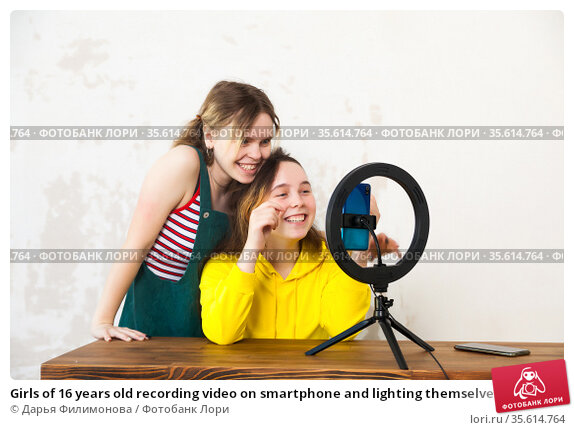 Girls of 16 years old recording video on smartphone and lighting themselves with ring lamp. Стоковое фото, фотограф Дарья Филимонова / Фотобанк Лори