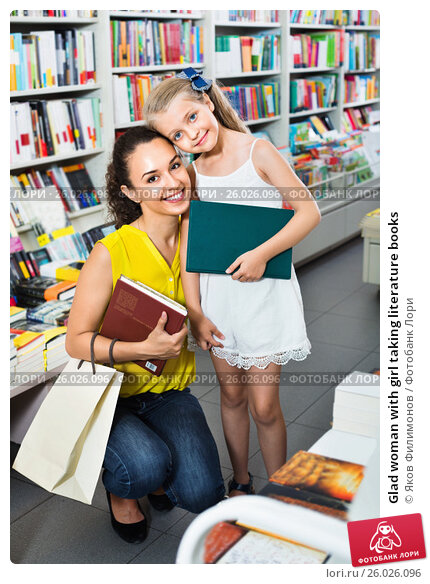 Glad woman with girl taking literature books, фото № 26026096, снято 29 апреля 2017 г. (c) Яков Филимонов / Фотобанк Лори
