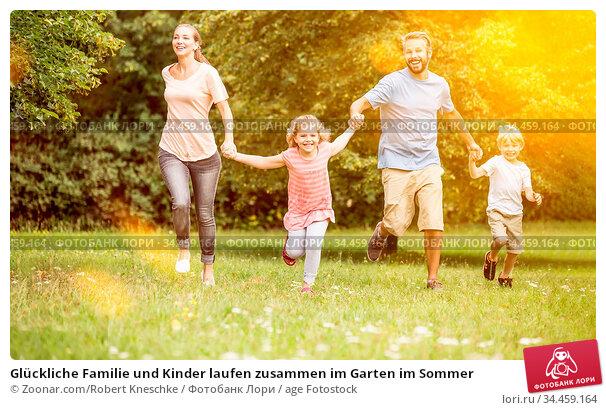 Glückliche Familie und Kinder laufen zusammen im Garten im Sommer. Стоковое фото, фотограф Zoonar.com/Robert Kneschke / age Fotostock / Фотобанк Лори