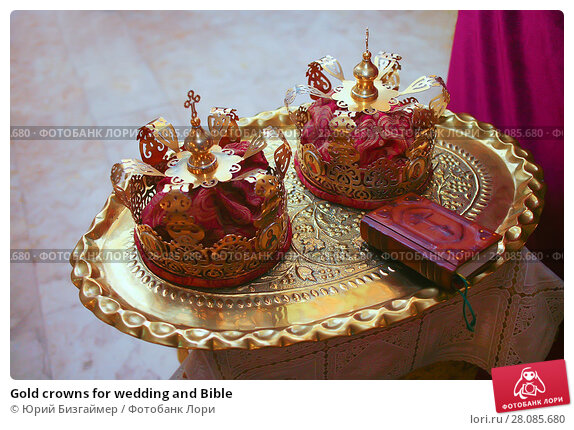 Купить «Gold crowns for wedding and Bible», фото № 28085680, снято 12 августа 2011 г. (c) Юрий Бизгаймер / Фотобанк Лори