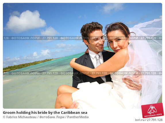 Купить «Groom holding his bride by the Caribbean sea», фото № 27791128, снято 20 октября 2018 г. (c) PantherMedia / Фотобанк Лори
