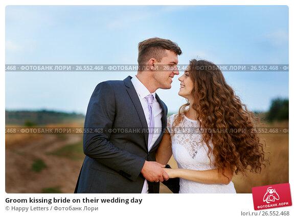 Купить «Groom kissing bride on their wedding day», фото № 26552468, снято 20 марта 2018 г. (c) Happy Letters / Фотобанк Лори