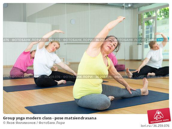 Group yoga modern class - pose matsiendrasana. Стоковое фото, фотограф Яков Филимонов / Фотобанк Лори