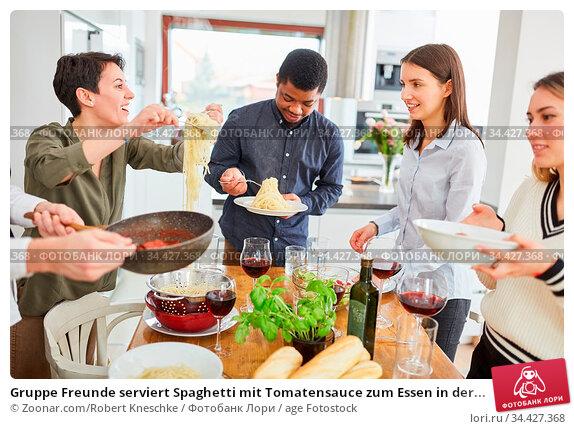 Gruppe Freunde serviert Spaghetti mit Tomatensauce zum Essen in der... Стоковое фото, фотограф Zoonar.com/Robert Kneschke / age Fotostock / Фотобанк Лори