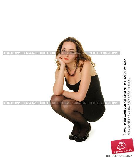 женщина сидит на корточках