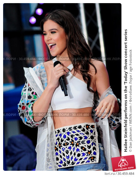 Hailee Steinfeld performs on the 'Today' Show concert series (2017 год). Редакционное фото, фотограф Dan Jackman / WENN.com / age Fotostock / Фотобанк Лори