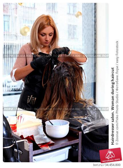 Hairdresser salon. Woman during haircut. Стоковое фото, фотограф Zoonar.com/Yeko Photo Studio / easy Fotostock / Фотобанк Лори