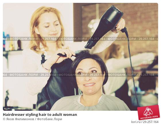 Купить «Hairdresser styling hair to adult woman», фото № 29257164, снято 7 марта 2017 г. (c) Яков Филимонов / Фотобанк Лори