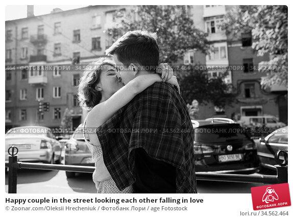 Happy couple in the street looking each other falling in love. Стоковое фото, фотограф Zoonar.com/Oleksii Hrecheniuk / age Fotostock / Фотобанк Лори