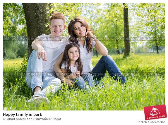 Купить «Happy family in park», фото № 28306468, снято 7 июня 2017 г. (c) Иван Михайлов / Фотобанк Лори