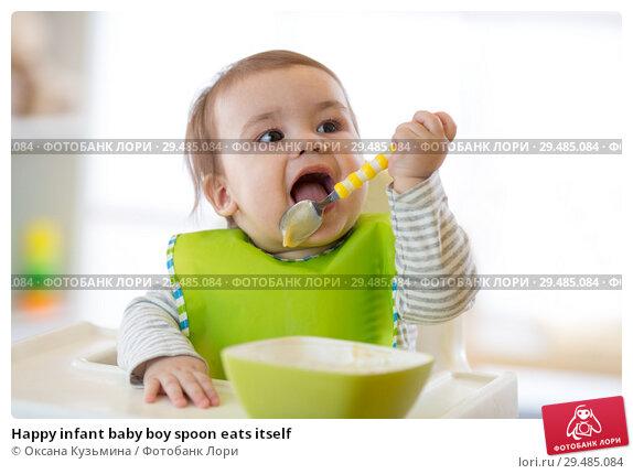 Купить «Happy infant baby boy spoon eats itself», фото № 29485084, снято 4 июля 2020 г. (c) Оксана Кузьмина / Фотобанк Лори