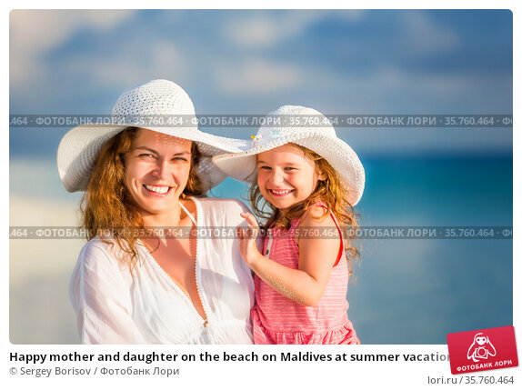 Happy mother and daughter on the beach on Maldives at summer vacation. Стоковое фото, фотограф Sergey Borisov / Фотобанк Лори