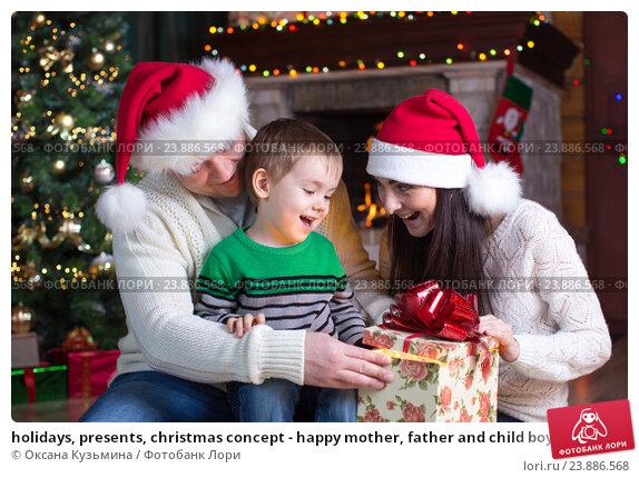 Купить «holidays, presents, christmas concept - happy mother, father and child boy with gift box», фото № 23886568, снято 16 января 2016 г. (c) Оксана Кузьмина / Фотобанк Лори