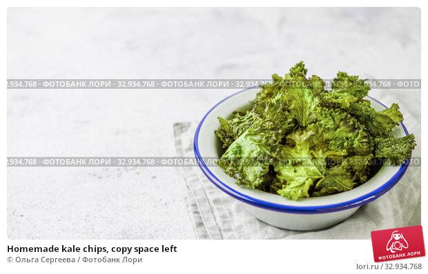 Купить «Homemade kale chips, copy space left», фото № 32934768, снято 2 августа 2019 г. (c) Ольга Сергеева / Фотобанк Лори