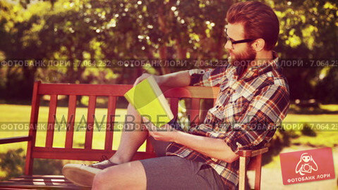 Купить «In high quality 4k format handsome hipster reading in the park », видеоролик № 7064232, снято 27 марта 2019 г. (c) Wavebreak Media / Фотобанк Лори