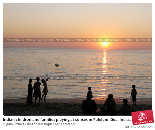 Indian children and families playing at sunset in Palolem, Goa, India... (2006 год). Редакционное фото, фотограф Julio Etchart / age Fotostock / Фотобанк Лори